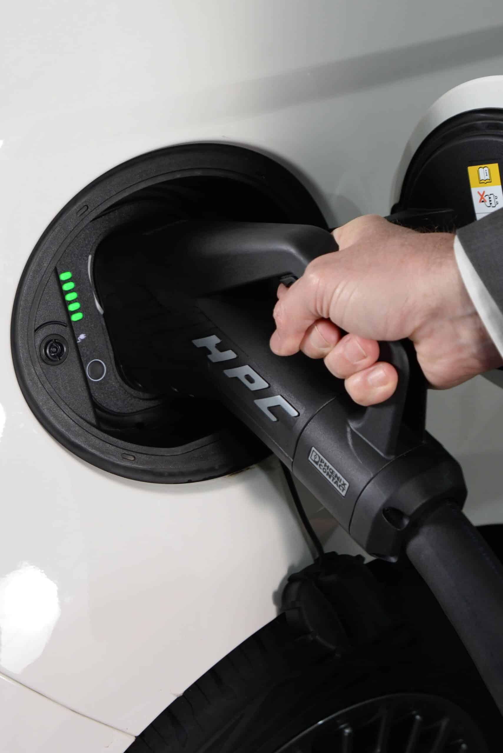charger un véhicule avec la borne de recharge SIEMENS SICHARGE