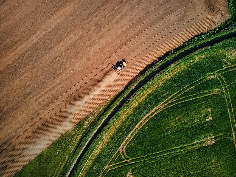 tracteur dans champ